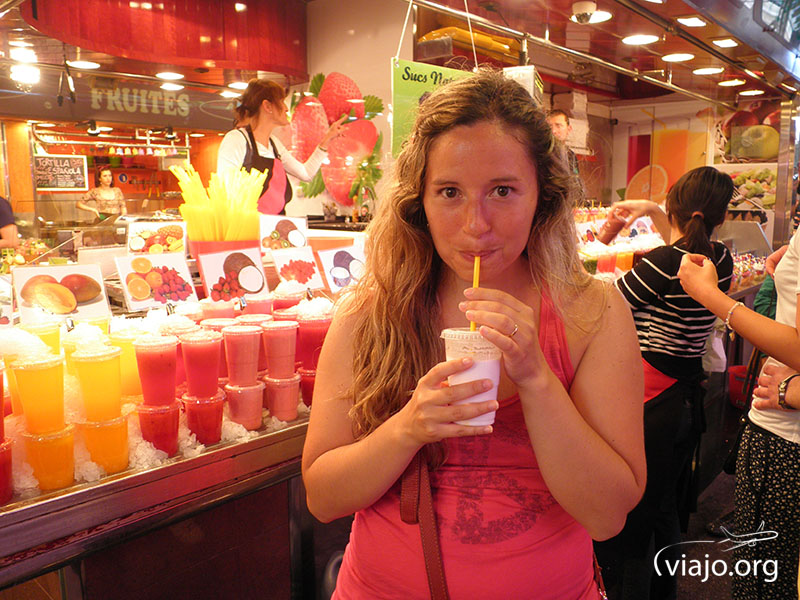 Saboreando un rico jugo de coco con leche